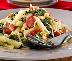 Salada-de-massa-pen-com-espinafres-e-pinhoes