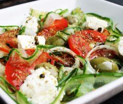 salada-de-abacate-com-queijo-feta