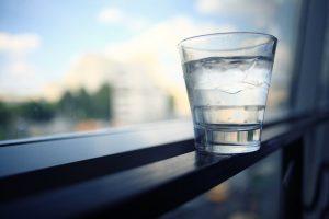 waterglasshealthy_1280px_d943e148ea6d458489a040a0caa49b72-300x200 7 Alimentos que deve comer para ter uma pele mais saudável