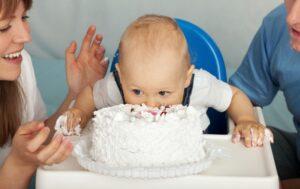 bigstock-Kid-eats-cake-Family-celebrat-78392117-810x511-300x189 Cuidemos das Nossas Crianças